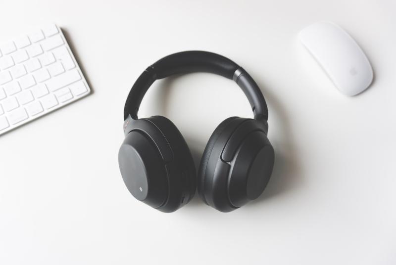 μεγάλα μαύρα ασύρματα ακουστικά