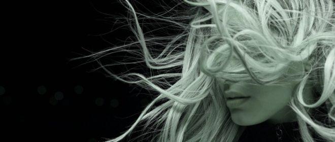 Γυναικείο προφίλ με τα μαλλιά να αιωρούνται