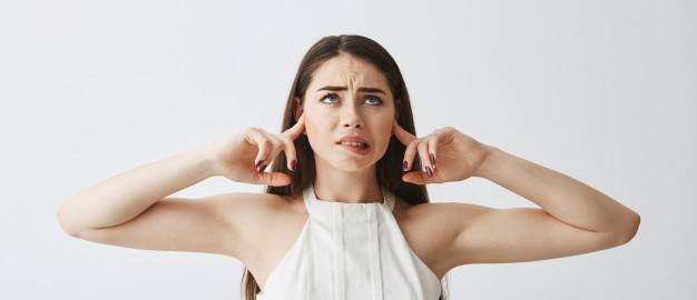 Γυναίκα κλείνει τα αυτιά της