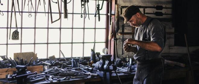 Τεχνίτης σε workshop