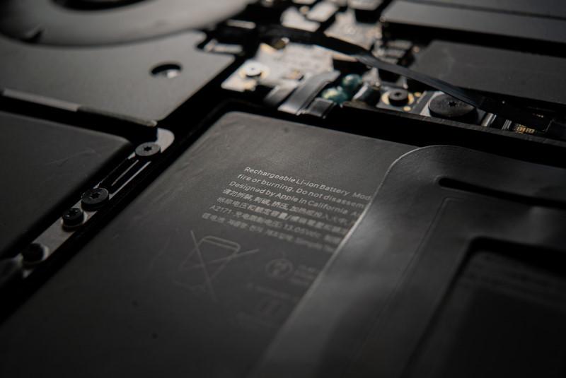ΤΟ εσωτερικό ενός laptop με την μπαταρία στο κέντρο της εικόνας