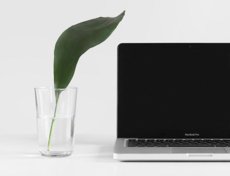 Laptop με ένα ποτύρι νερό δίπλα