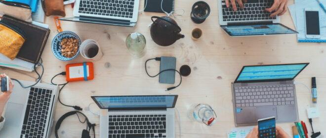 Laptops και εξαρτήματα επάνω σε γραφείο